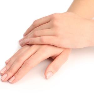 Perfekt gepflegte Hände und Nägel mit Arganoel